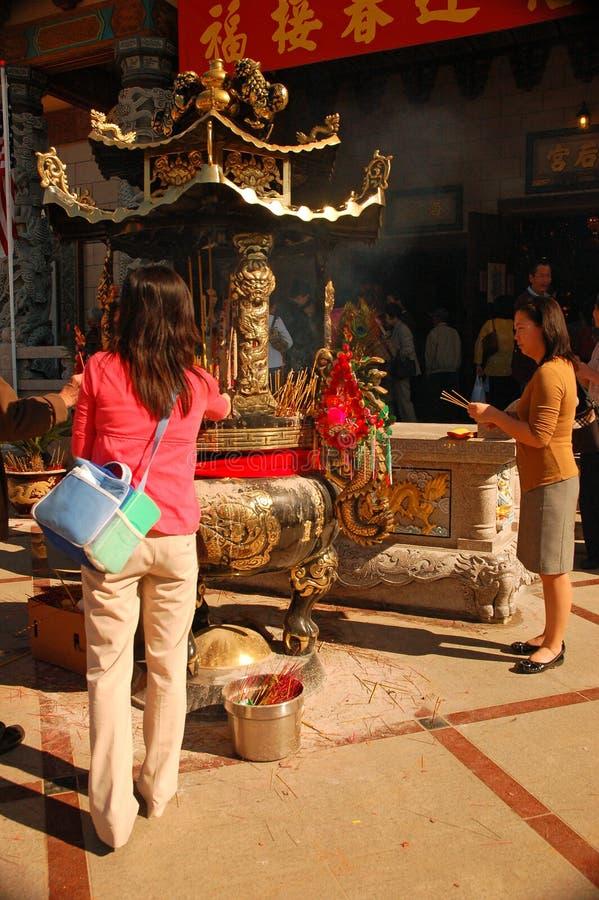 Les amateurs de temple assistent à une célébration lunaire de nouvelle année images stock