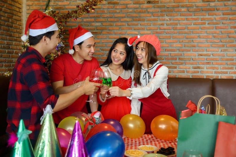 Les amis asiatiques grillent le champagne Fête de Noël photographie stock libre de droits