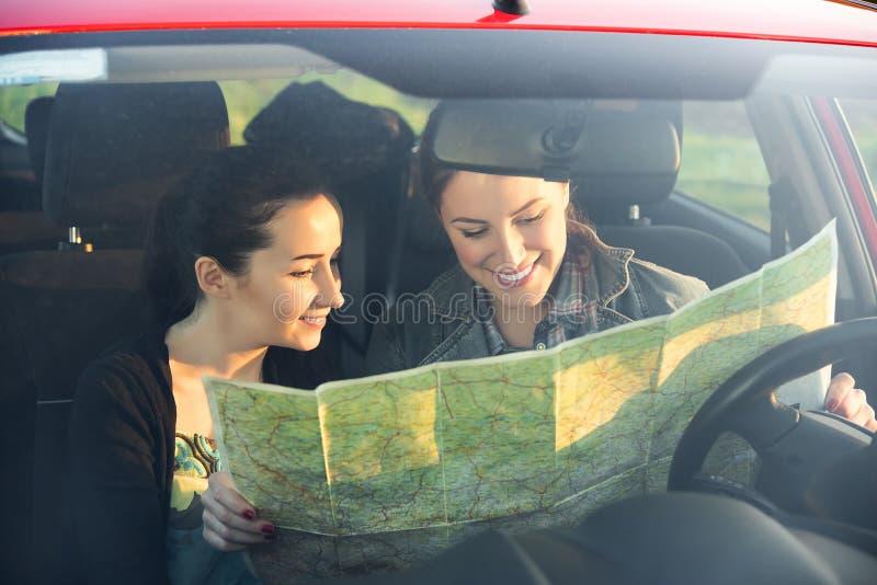Les amis dans la voiture apprécient le voyage par la route images libres de droits