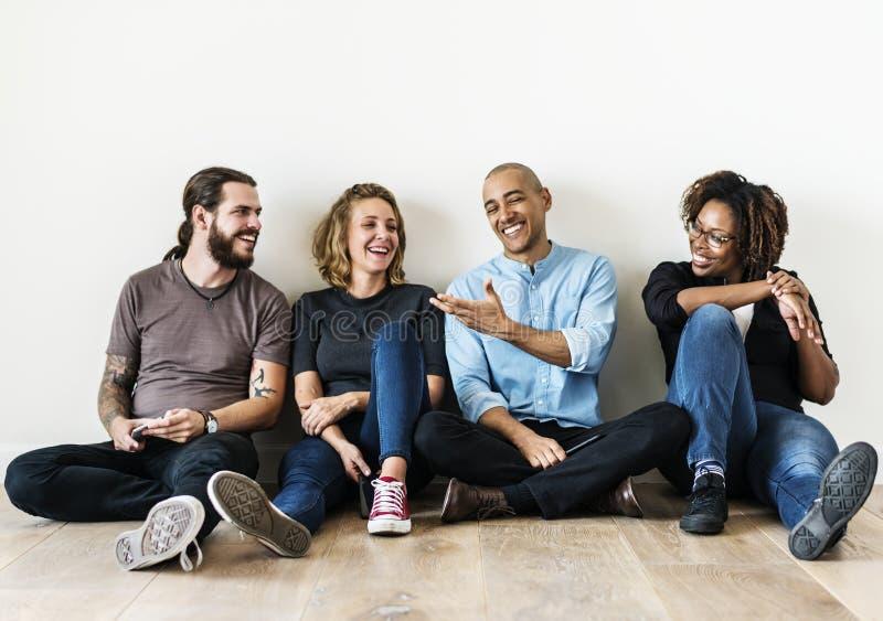 Les amis divers parlent ensemble photo stock