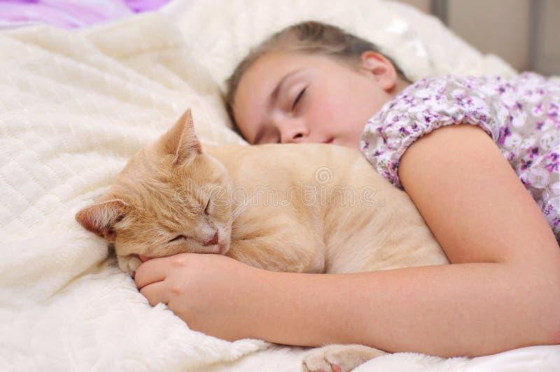 Les amis dorment solidement image stock