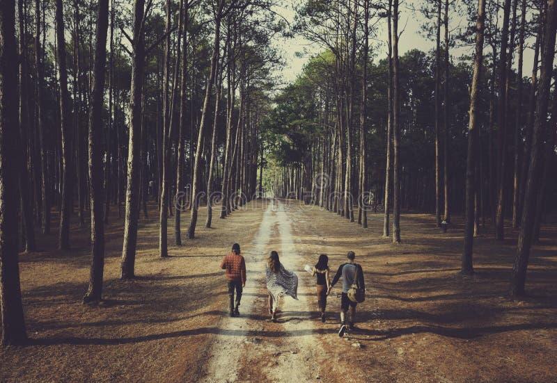Les amis explorent le déplacement dehors concept de vacances image libre de droits