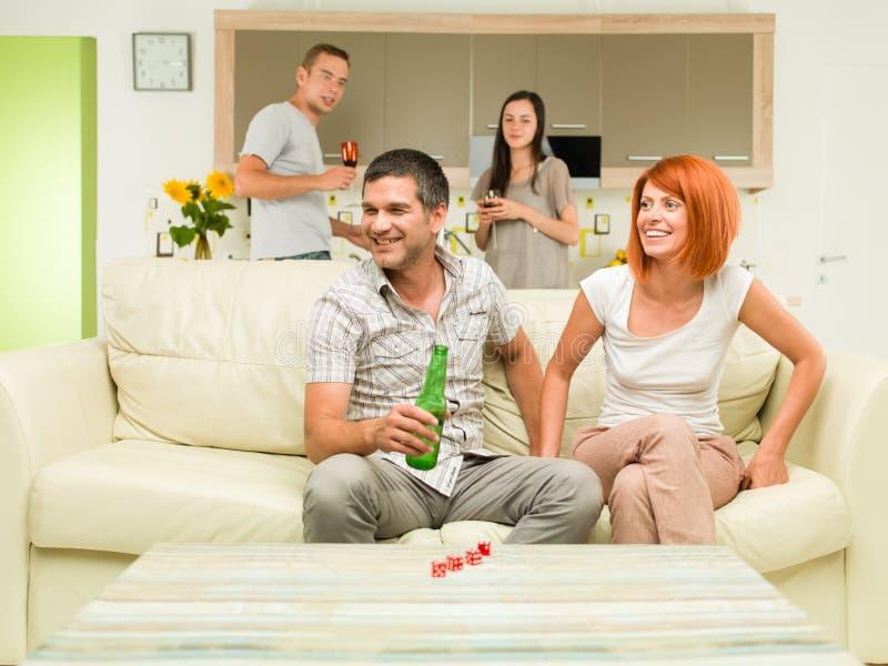 Les amis font la fête à la maison image stock