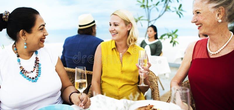Les amis mûrs affinent diner dehors le concept photo libre de droits