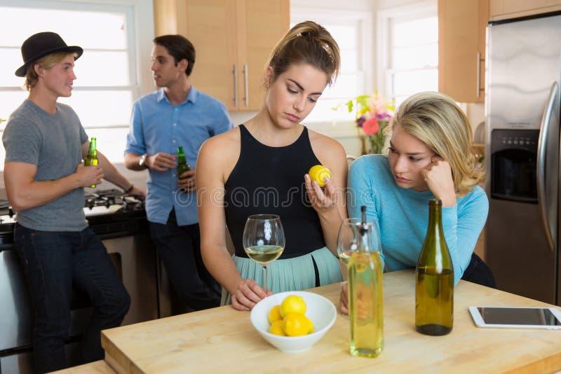 Les amis ont ennuyé rester les dates bon marché à la maison non satisfaites de leurs relations photos libres de droits