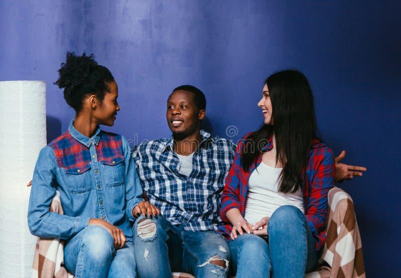 Les amis ont l'amusement à la maison Amitié interraciale photo libre de droits