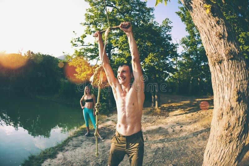 Les amis ont l'amusement sur le lac photographie stock