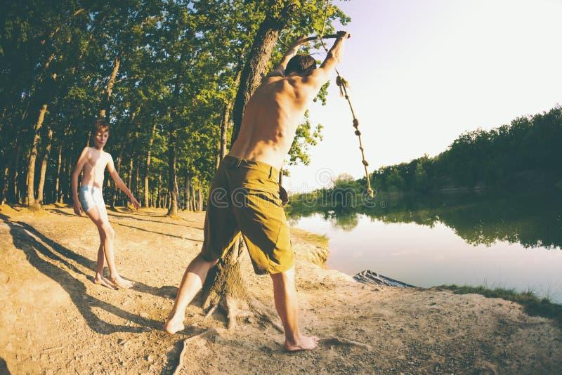 Les amis ont l'amusement sur le lac photographie stock libre de droits