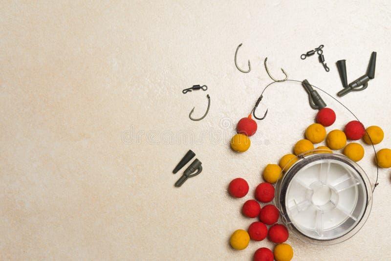 Les amorces, crochets, ledcor, préparent l'attirail d'attirail pour la pêche de carpe Copiez la pâte photo libre de droits