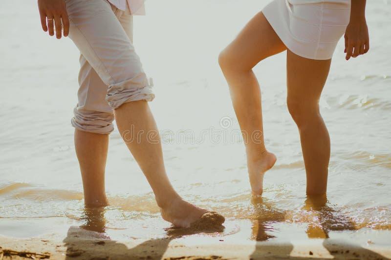 Les amoureux s'accouplent en mer photographie stock libre de droits
