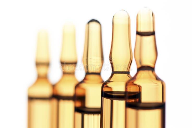 Les ampoules du verre avec le vaccin ont photographié dans la lumière blanche photo stock
