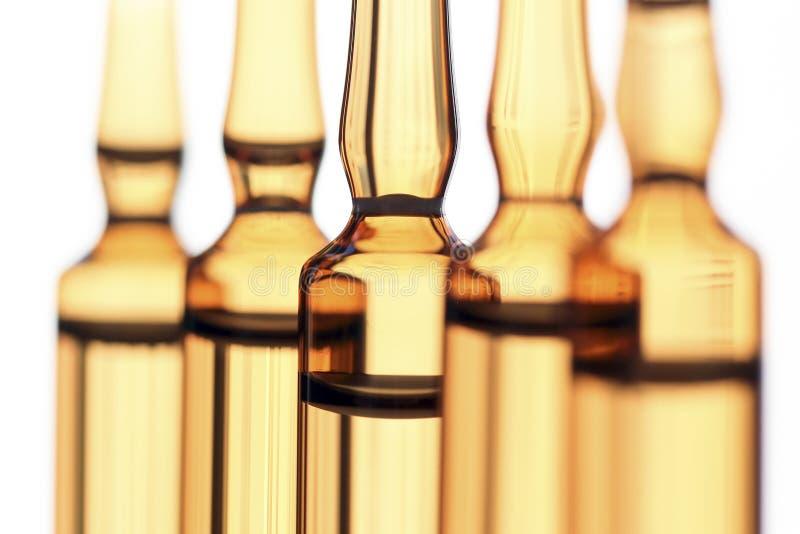 Les ampoules du verre avec le vaccin ont photographié dans la lumière blanche photo libre de droits