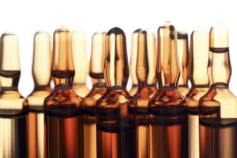 Les ampoules du verre avec le vaccin ont photographié dans la lumière blanche image stock