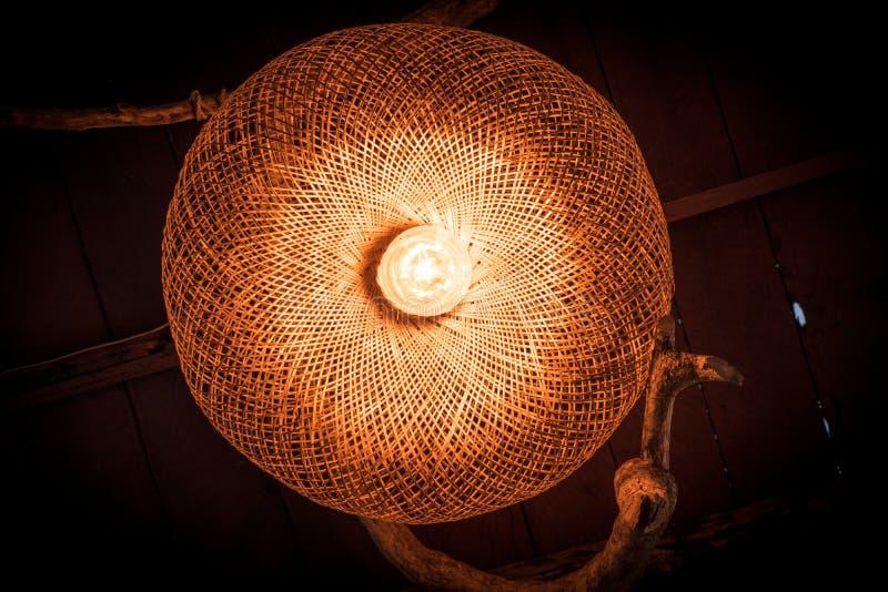 Les ampoules en bois de style de but?es toriques accrochent sous le toit de maison images libres de droits