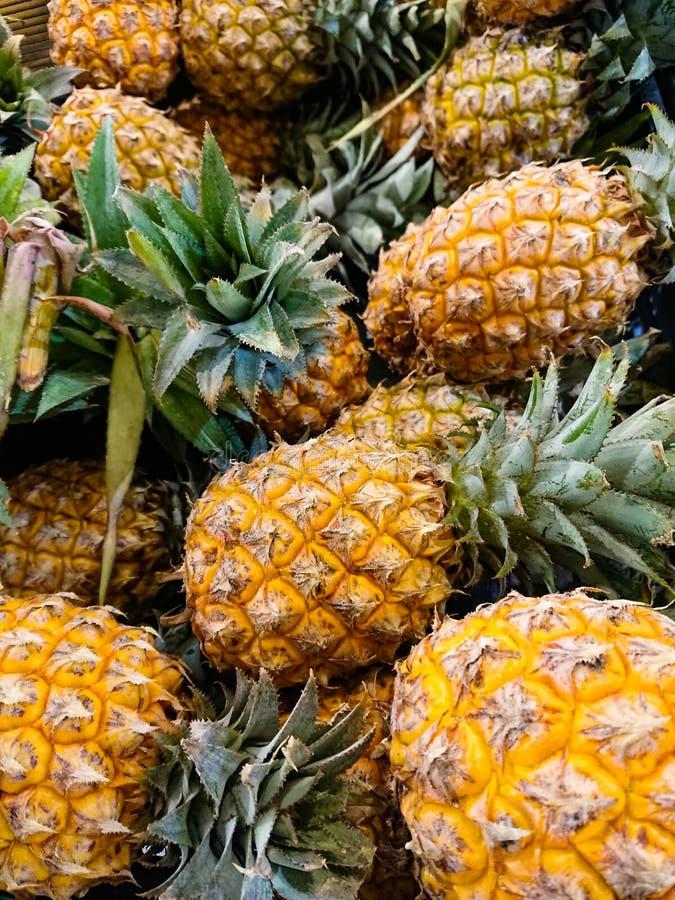 Les ananas à vendre images libres de droits