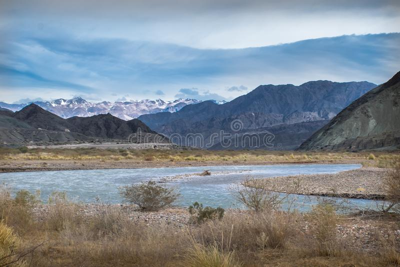 Les Andes, sur la route entre Barreal et Calingasta, province de San Juan, Argentine photographie stock libre de droits