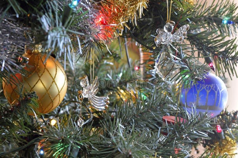 Les anges de Noël ornent un arbre images stock