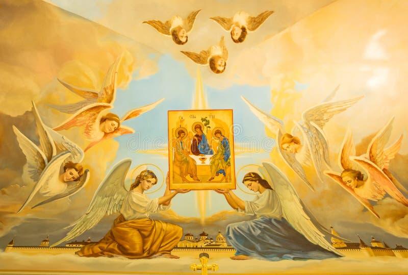 Les anges tiennent l'icône de la trinité sainte photographie stock