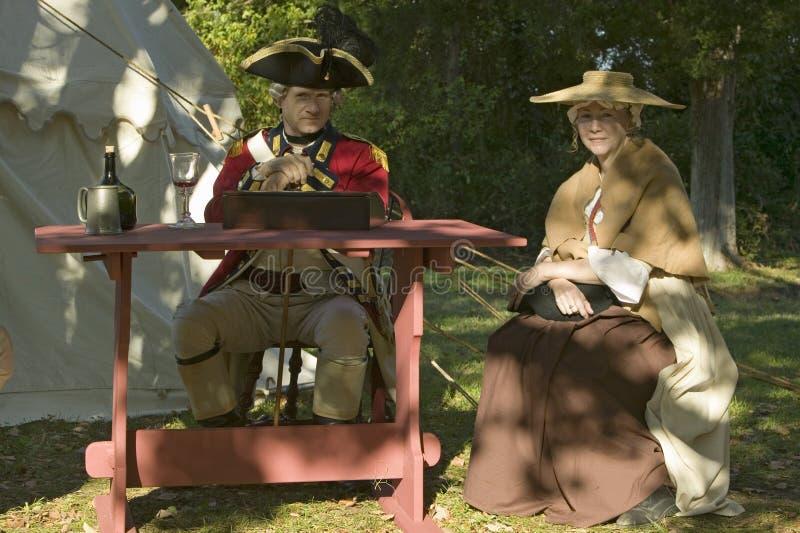 Les Anglais commandent et son épouse s'asseyent dans Yorktown, la Virginie, en tant qu'élément du 225th anniversaire du siège de  image stock