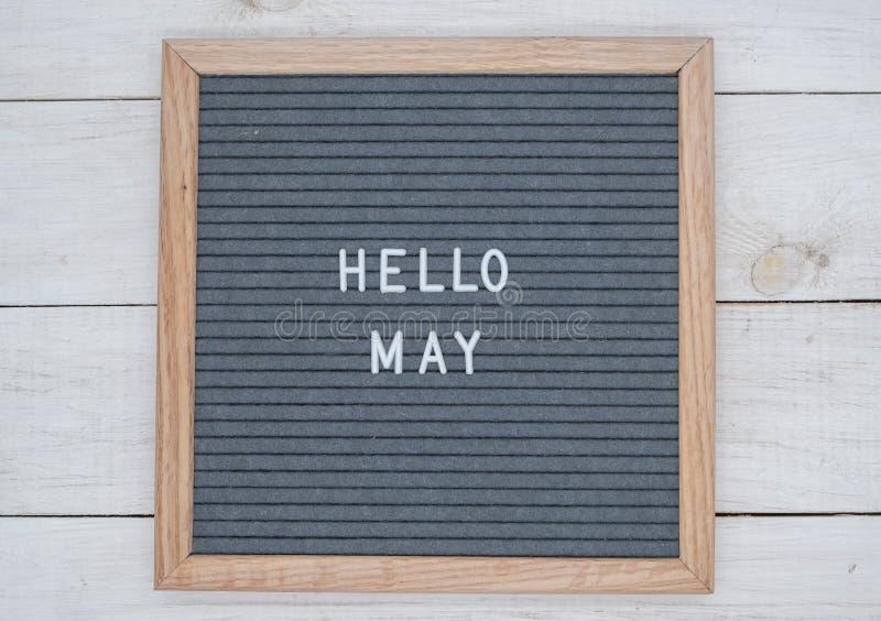 Les anglais textotent bonjour mai sur un panneau de lettre dans les lettres blanches sur un fond gris images libres de droits