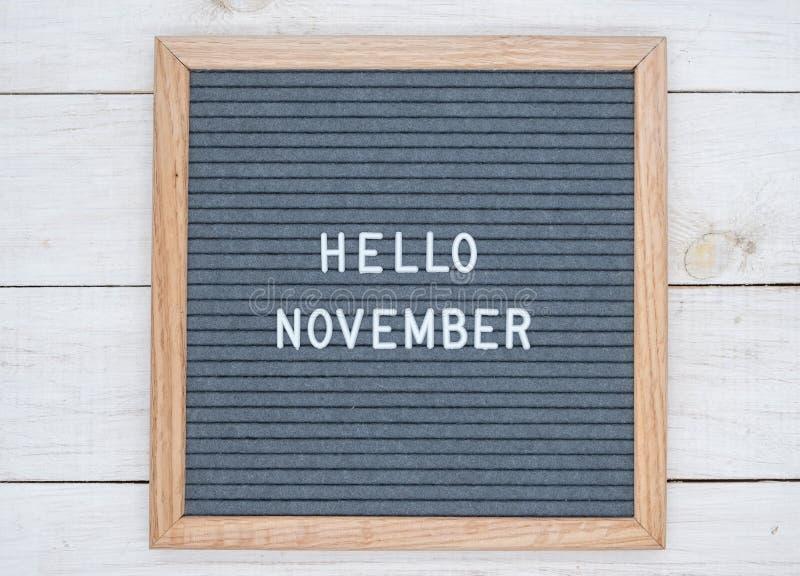 Les anglais textotent bonjour novembre sur un panneau de lettre dans les lettres blanches sur un fond gris photo libre de droits