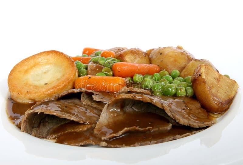 Les anglais traditionnels rôtissent avec le pudding de Yorkshire et le veg d'été image libre de droits
