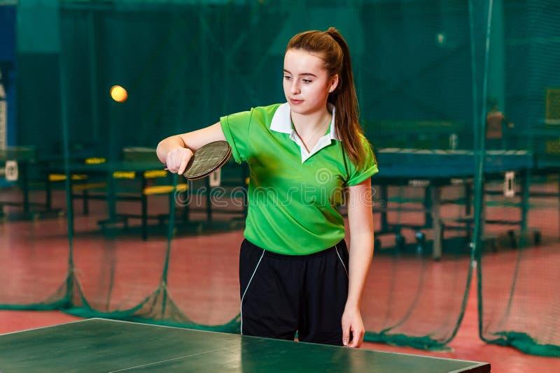 Les années de l'adolescence de fille jouent au ping-pong photo stock