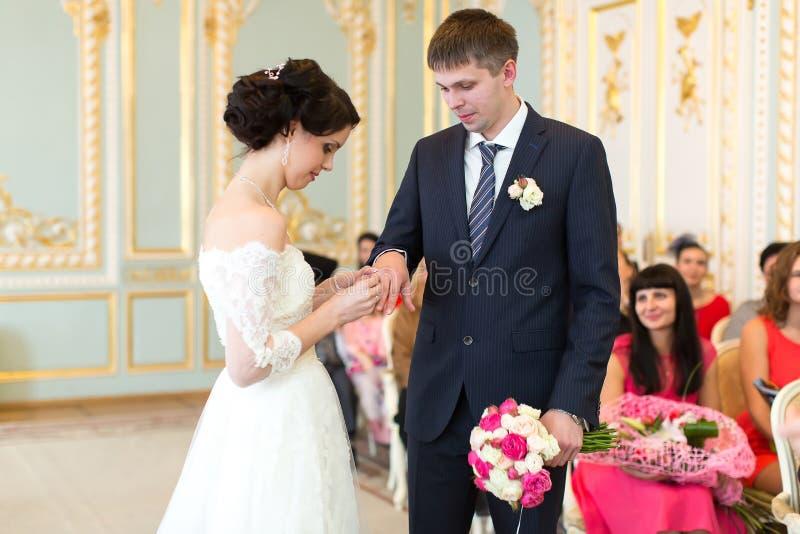 Les anneaux échangés par nouveaux mariés photo stock