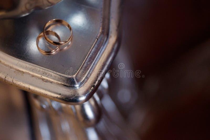 Les anneaux de mariage d'or sur la table, se ferment  photos stock