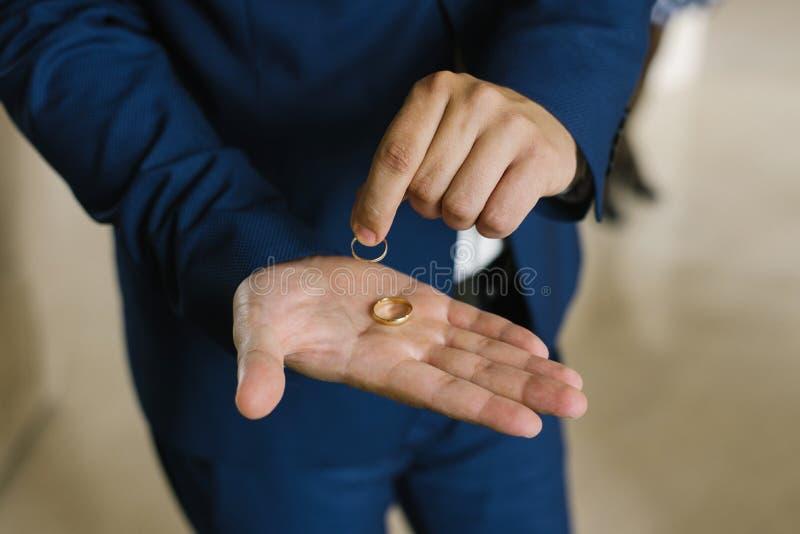 Les anneaux de mariage se situent dans la paume du marié photos libres de droits