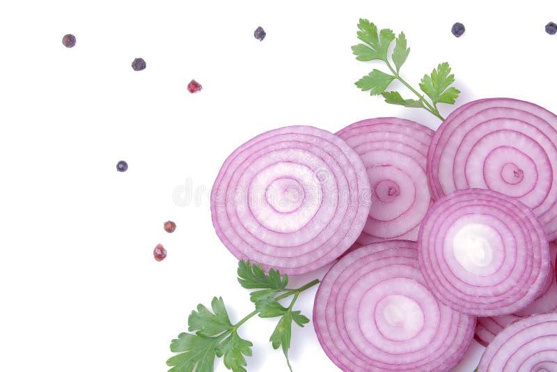 Les anneaux des oignons rouges coupés en tranches avec des herbes et des épices sur un blanc ont isolé le fond légumes photographie stock libre de droits