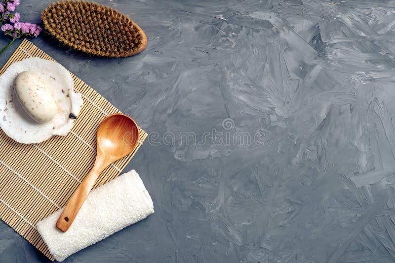 Les anti cellulites massent des accessoires et des produits cosmétiques de beauté de station thermale sur le fond en pierre gris  photo stock