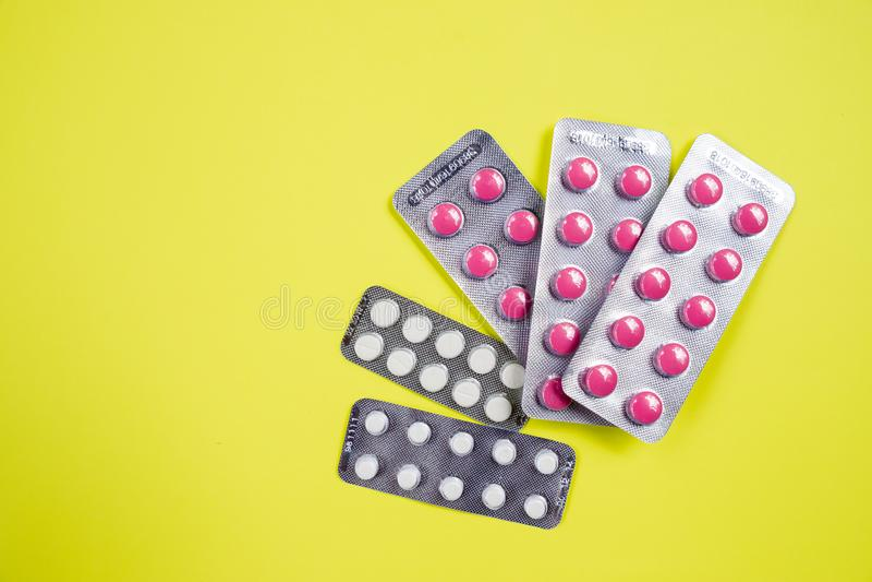 les antibiotiques blanc rose capsulent des pilules dans le habillage transparent Résistance au médicament antimicrobienne Industr image libre de droits
