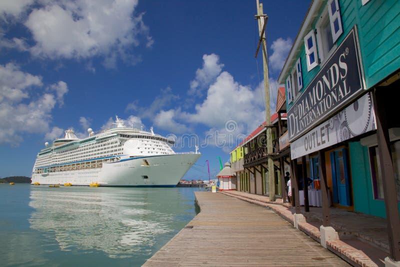 Les Antilles, les Caraïbe, Antigua, St Johns, Redcliffe Quay, bateau de croisière dans le port photographie stock libre de droits