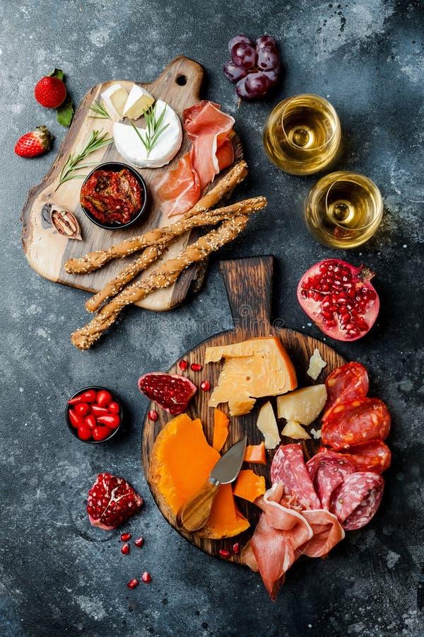 Les apéritifs ajournent avec les casse-croûte et le vin italiens d'antipasti en verres Brushetta ou tapas espagnols traditionnels photos libres de droits
