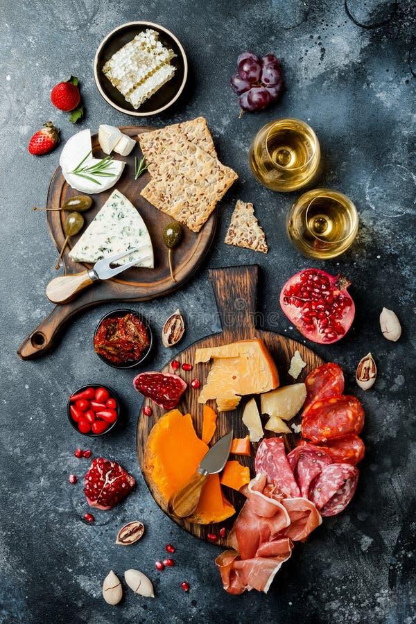 Les apéritifs ajournent avec les casse-croûte et le vin italiens d'antipasti en verres Brushetta ou tapas espagnols traditionnels photo libre de droits