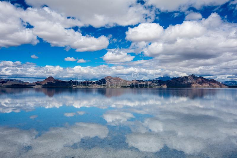 Les appartements inondés de sel de Bonneville en Utah créent une scène de réflexion de miroir sur l'eau, dreamscape comme le rega images libres de droits
