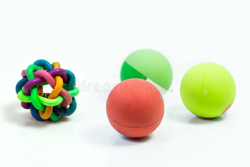 Les approvisionnements d'animal familier au sujet de la boule joue pour l'animal familier sur le blanc images stock