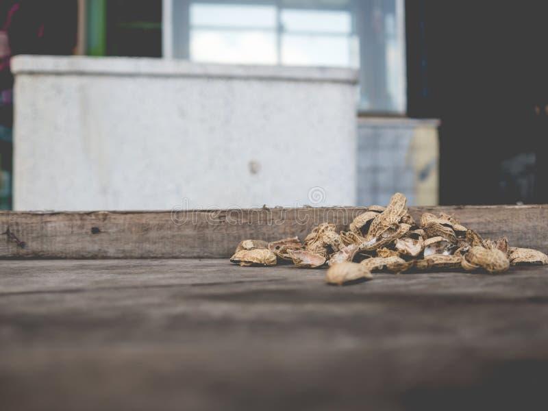 Les arachides écossent sur la table photo stock