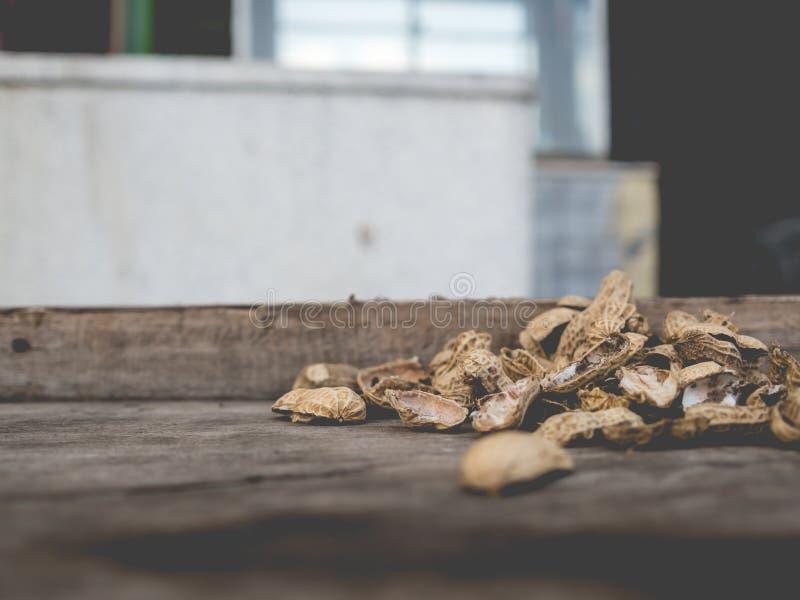 Les arachides écossent sur la table image stock