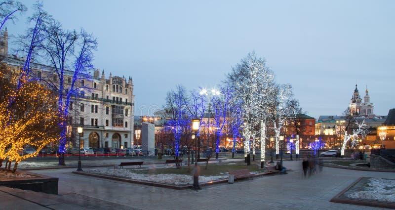 Les arbres ont illuminé aux vacances de Noël et de nouvelle année la nuit à Moscou, Russie image stock