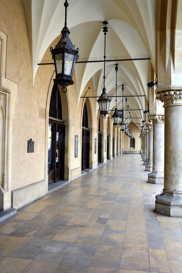 Les arcades gothiques de Sukiennice, Cracovie image libre de droits