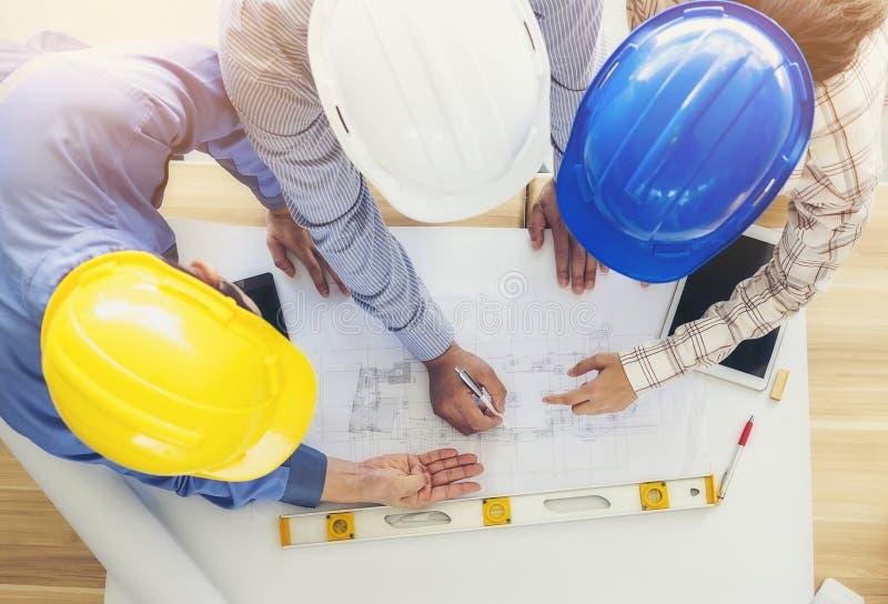 Les architectes et les ingénieurs assemblent et prévoient l'action commune avec la COMM. photo stock
