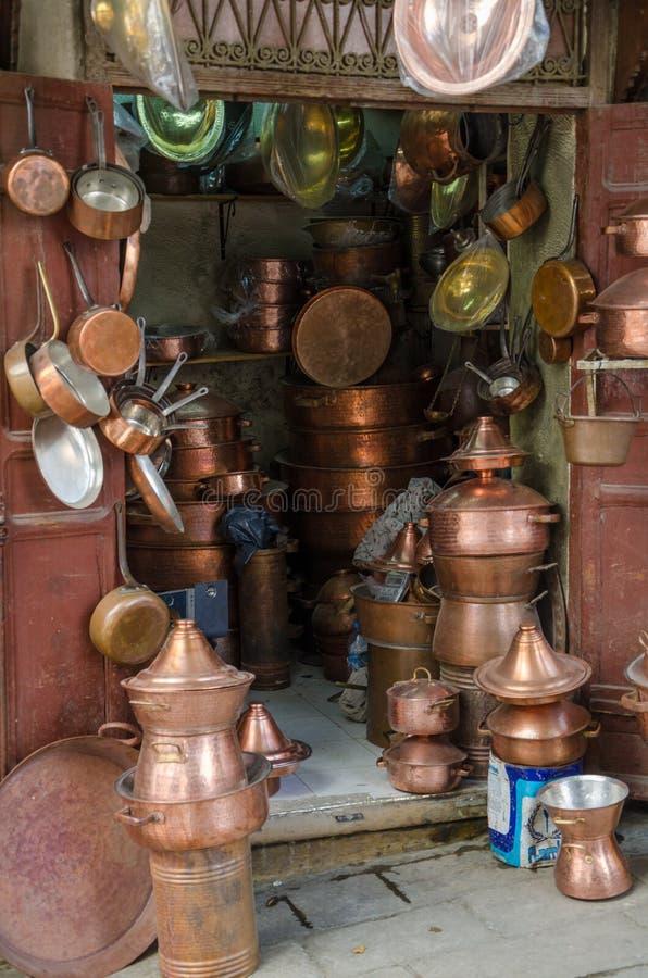 Les articles de cuivre font des emplettes avec la vaisselle, les pots et les casseroles dans la pièce de métal ouvré de soukh de  photo stock