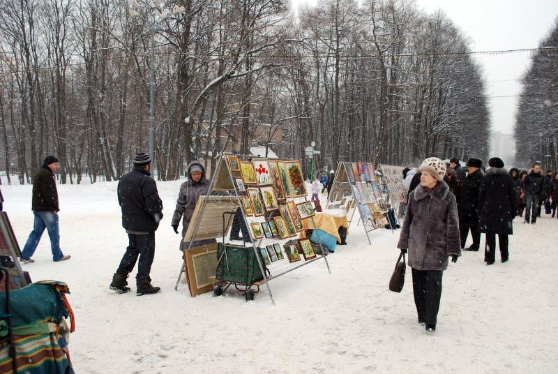 Les artistes commercent les travaux comme hiver sur l'avenue en parc Sokolniki images libres de droits