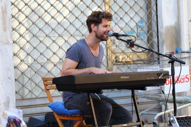 Les artistes exécutent dans la rue Festival de musiciens de rue photos libres de droits
