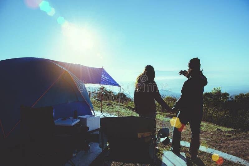 Les Asiatiques de femme et d'homme d'amant voyagent pour d?tendre le camping pendant les vacances Sur la montagne observez la hau image libre de droits