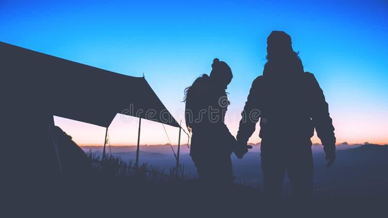 Les Asiatiques de femme et d'homme d'amant voyagent pour d?tendre le camping pendant les vacances Sur la montagne Le support obse images stock