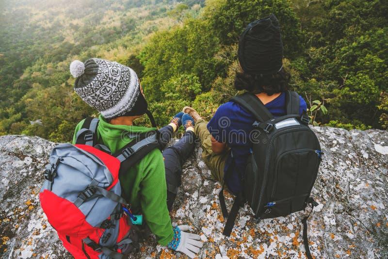 Les Asiatiques de femme et d'homme d'amant voyagent d?tendent pendant les vacances Admirez le paysage de l'atmosph?re sur le Mout photos stock