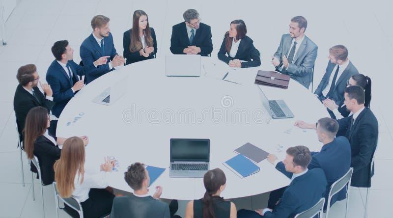 Les associés et les équipes travaillantes ont conduit une discussion sur le Th photos stock